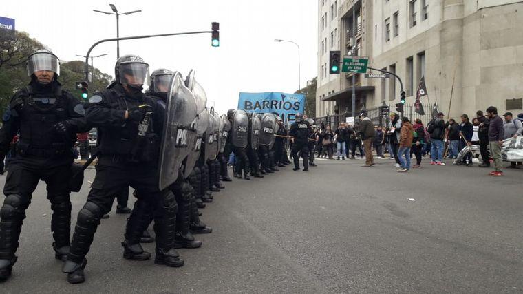 AUDIO: Enfrentamientos entre manifestantes y policías en la 9 de Julio