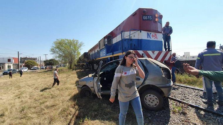 FOTO: Aparentemente, el auto quedó enganchado en las vías y el tren lo chocó.