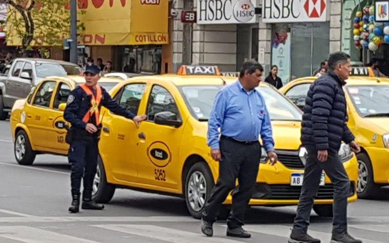 FOTO: Taxistas marcharon a Concejo Deliberante.