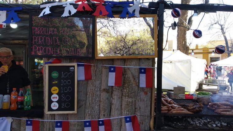 FOTO: Fiesta de la hermandad en la plaza Chile de Mendoza