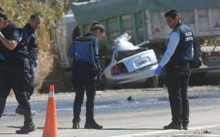 AUDIO: Cinco muertos al chocar un auto con un camión en Mendoza (Por Luis Omar Castro).
