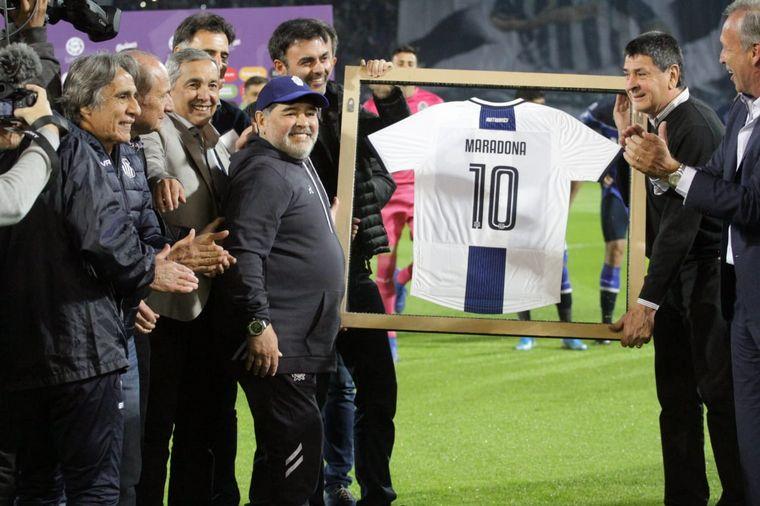 FOTO: Maradona fue homenajeado en el Kempes.