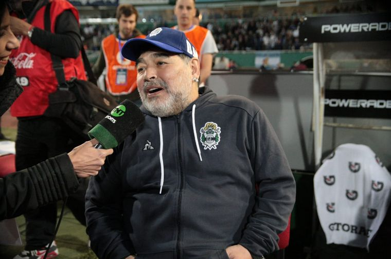 """FOTO: """"El Diego"""" tuvo una recibida inolvidable de parte de la """"T""""."""