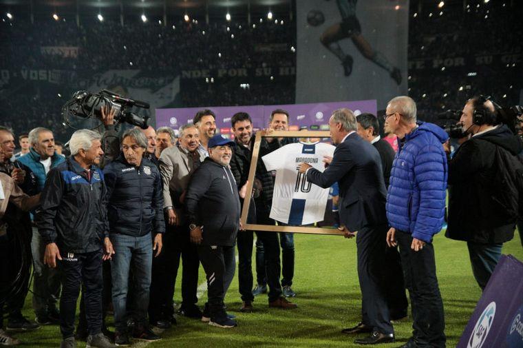 """FOTO: Maradona se fundió en un gran abrazo con """"El Cacique"""" Medina, DT de Talleres."""