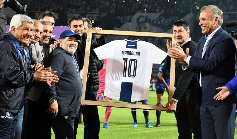 FOTO: Andrés Fassi le entregó una camiseta de Talleres a Maradona.