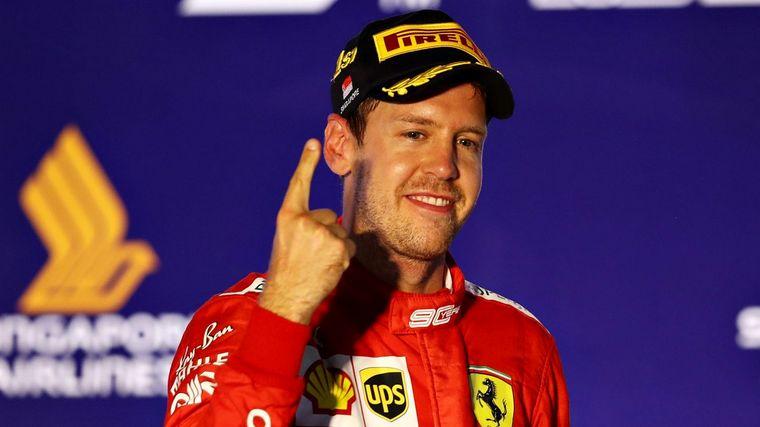 FOTO: Vettel y Leclerc se saludan en el final del GP de Singapur
