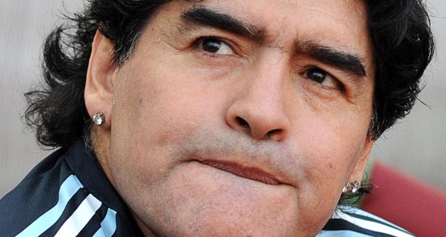 Confiscaron en Italia los aros a Maradona por una deuda