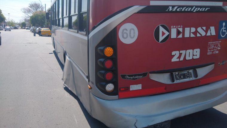 AUDIO: Un auto dañado tras desprenderse dos gomas de un colectivo
