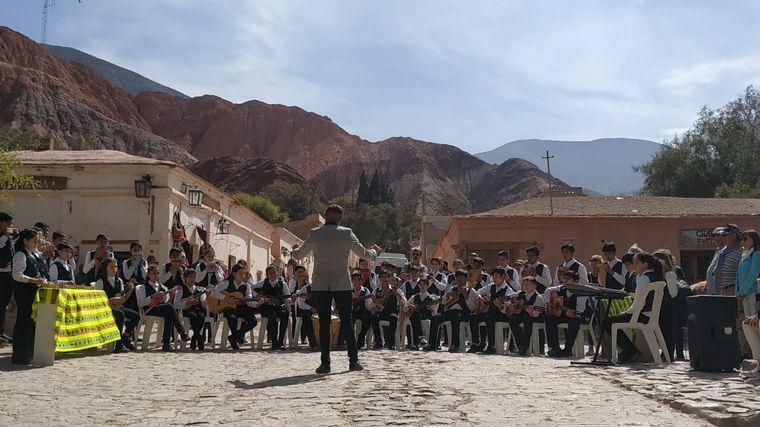 FOTO: El Himno Nacional Argentino sonó en Las Salinas Grandes.