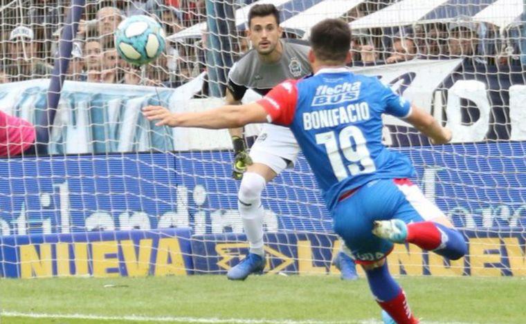 Gimnasia presentó muñeco gigante de Maradona en la Superliga Argentina [FOTOS]