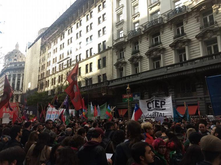 Movimientos de izquierda atacaron consulado de Chile en Argentina