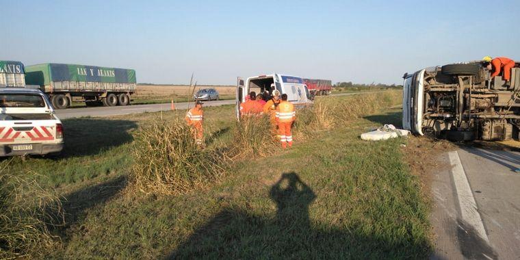 FOTO: Un camión volcó en la autopista Córdoba - Rosario.