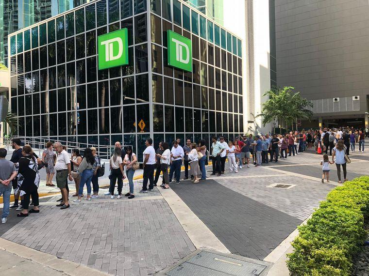 FOTO: Argentinos votan en Miami, Estados Unidos.