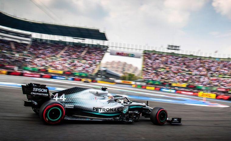 FOTO: Hamilton es elevado al magnífico podio con su Mercedes W10 para celebrar la victoria