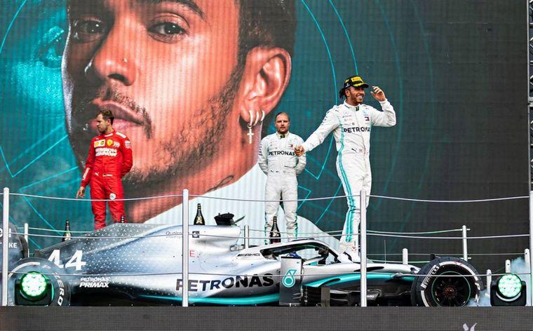 """FOTO: El abrazo de los pilotos de Mercedes en el final de la """"fiesta mexicana"""""""
