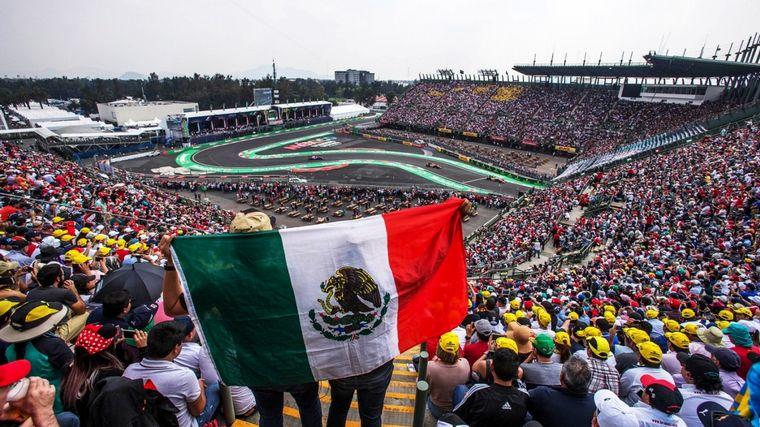 FOTO: Hamilton con su auto en el impresionante podio mexicano