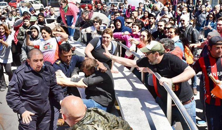FOTO: Santiago Goodman en la manifestación de los docentes, antes de ser detenido