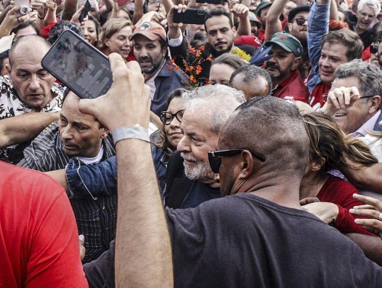 FOTO: Lula da Silva, apenas salió de la cárcel.