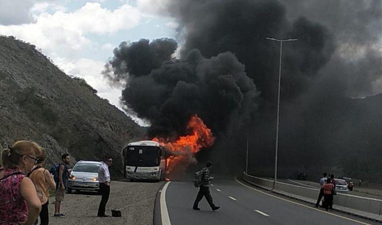 VIDEO: Incendio de un colectivo en Carlos Paz