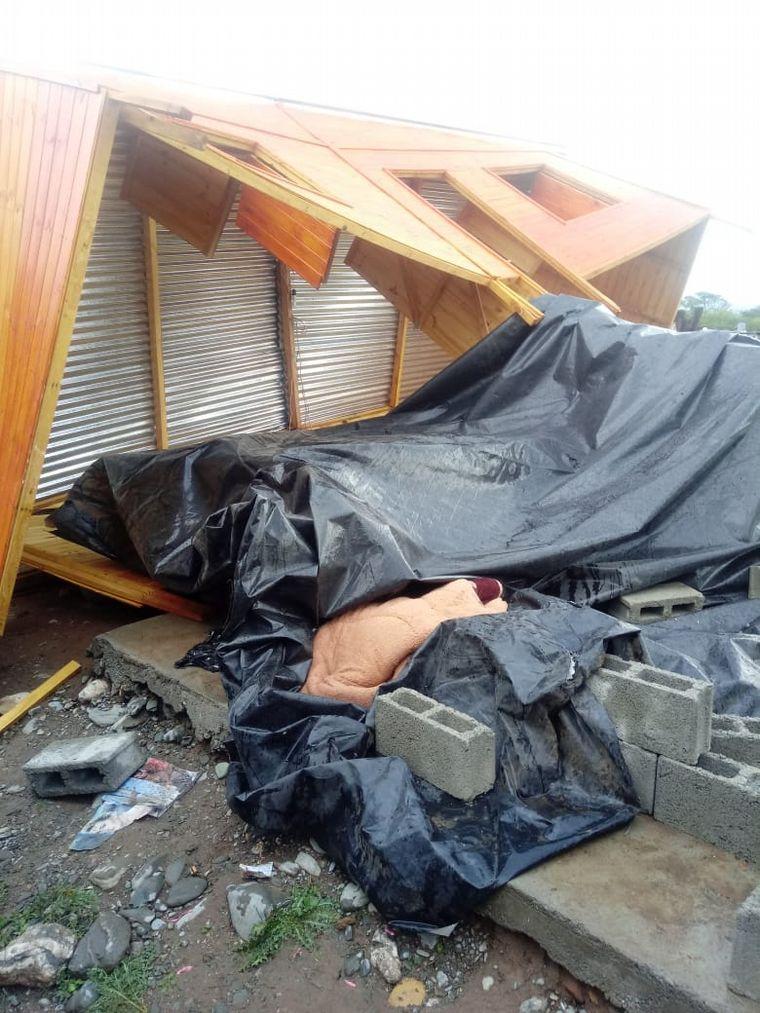 FOTO: El fuerte viento azoto la ciudad durante 15 minutos, levantó techos y arrancó árboles