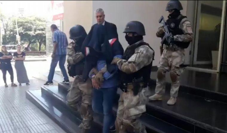 FOTO: Así se llevaron detenido a Gustavo Arce.