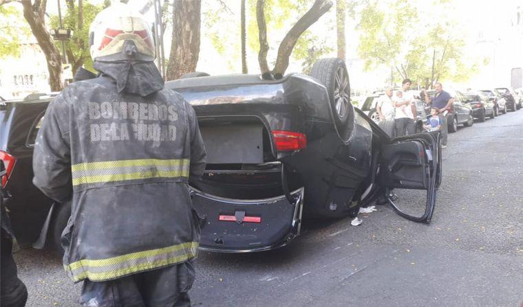 AUDIO: Conductor herido tras chocar y volcar su vehículo en Palermo (Por: Ariel Rodríguez).