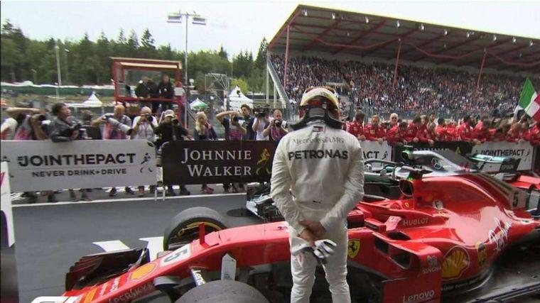 FOTO: Hamilton mira la Ferrari después de una clasificación