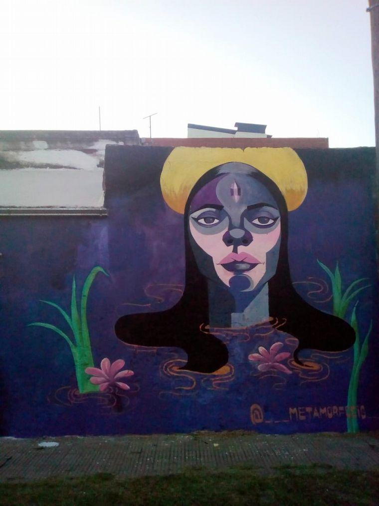 FOTO: Mujeres muralistas llevan el arte a los barrios de Rosario.