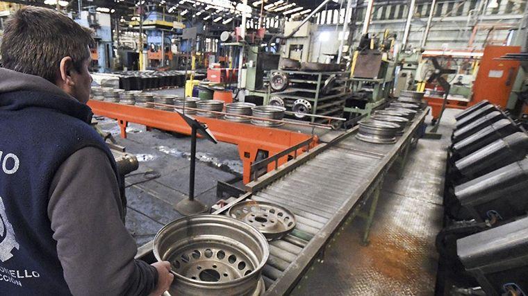 La producción industrial sigue en caída: 2,3%