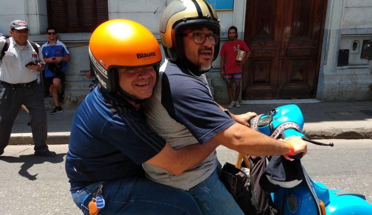 FOTO: Integrantes del Club Vespa Córdoba llegaron en caravana a la radio.