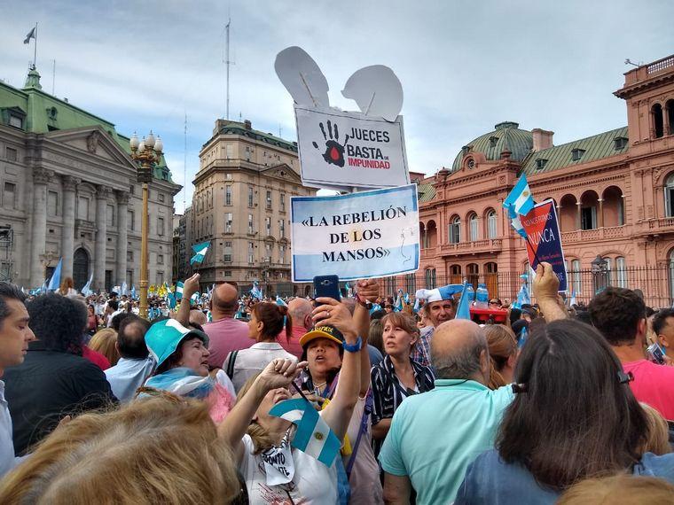 AUDIO: Los manifestantes aguardan la palabra de Mauricio Macri.