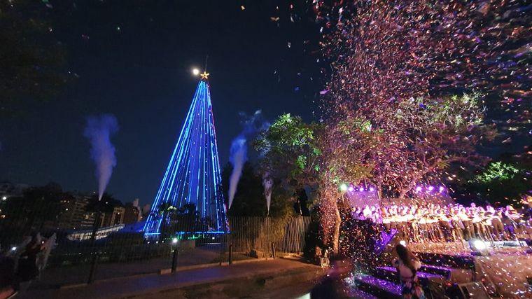 FOTO: El Árbol de Navidad del Faro del Bicentenario iluminó Córdoba