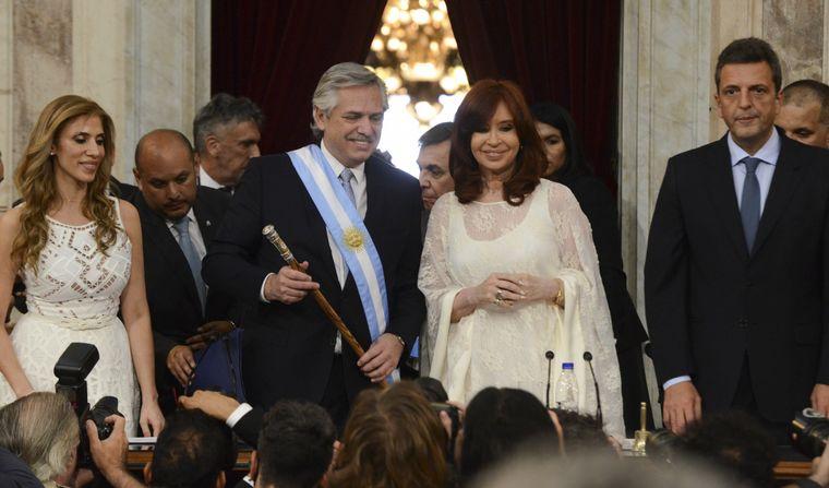 FOTO: Alberto Fernández recibió los atributos presidenciales de Macri.