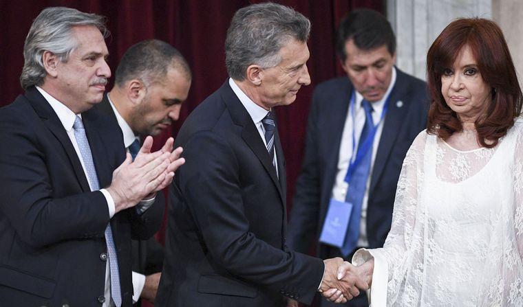 FOTO: El tenso saludo entre Mauricio Macri y Cristina Fernández