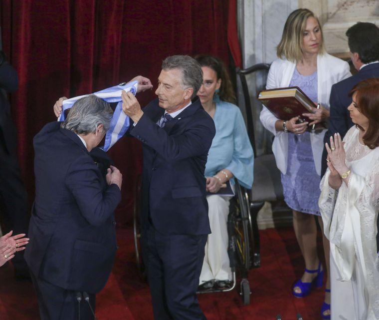 FOTO: El frio saludo de Cristina a Macri.