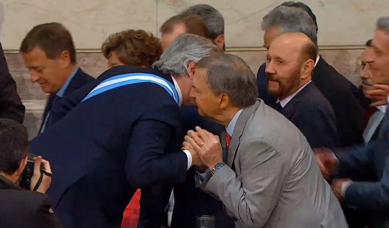 Con la banda presidencial, Alberto Fernández saluda a Schiaretti, presente en el Congreso | Foto: cadena3.com