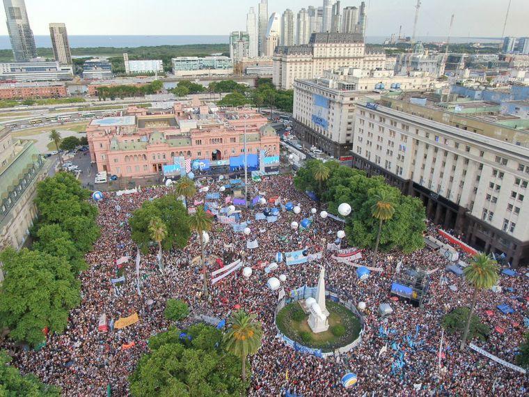 FOTO: Hubo una fiesta en Plaza de Mayo por la asunción de Fernández.