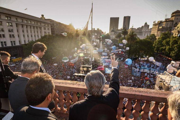 FOTO: Cristina Fernández habló al público en Plaza de Mayo.