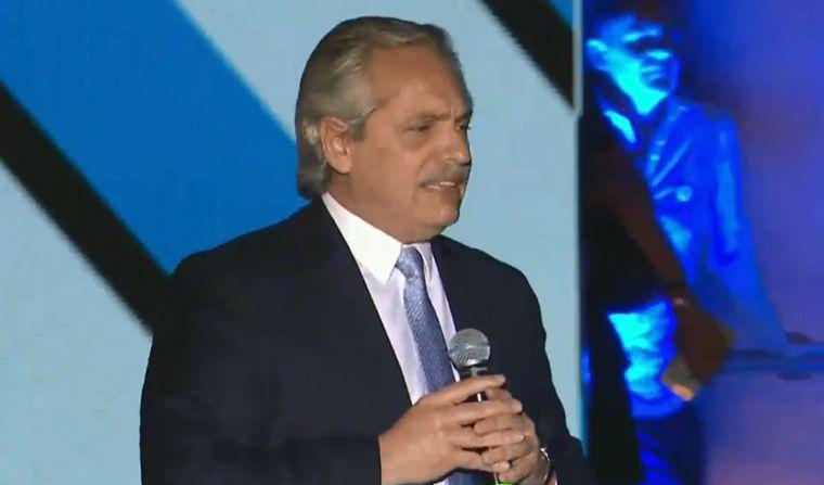FOTO: El presidente Alberto Fernandez hablo a la gente desde el escenario de la Plaza de Ma