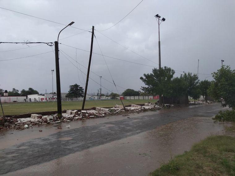 AUDIO: Una cola de tornado en Arroyo Cabral ocasionó destrozos (por Fernando Rasso)
