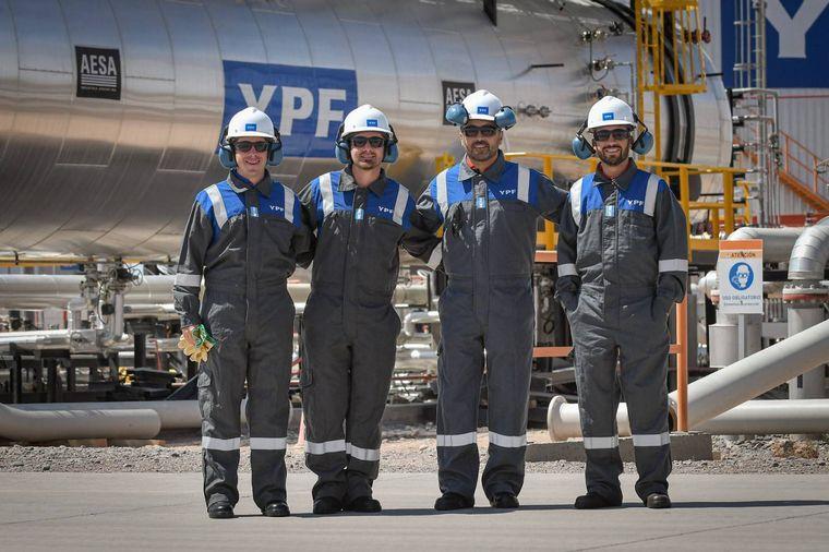 FOTO: Berni Llaver les muestra a los operario petroleros el auto del 2020
