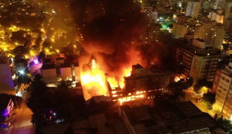 FOTO: Un incendio consumió un mayorista en Mar del Plata.