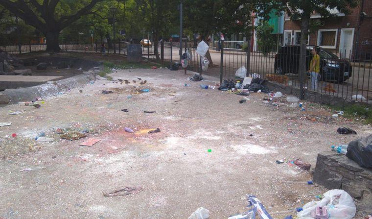 AUDIO: La Plaza de la Intendencia en deplorable estado tras una recibida