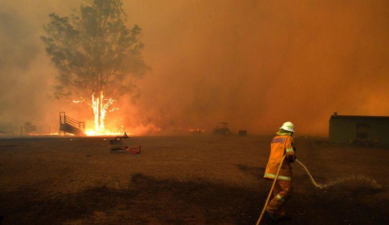 FOTO: Los bomberos luchan sin éxito contra las llamas.