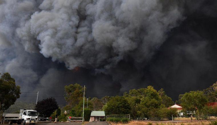 FOTO: Un bombero solitario intenta hacer frente al fuego.