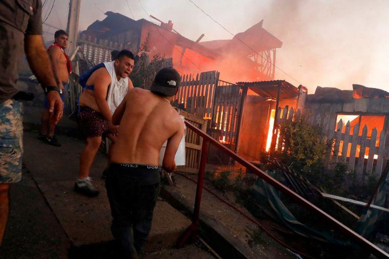 Reportan voraz incendio en Chile que consumió al menos 120 casas