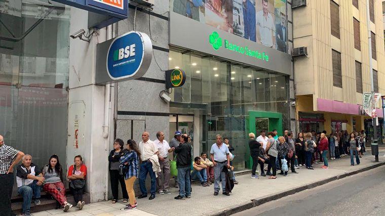FOTO: Jubilados fila bancos