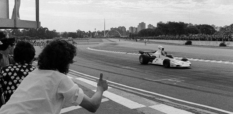 """FOTO: Reutemann y el Brabham bajando el """"Tobogan"""" en Buenos Aires."""