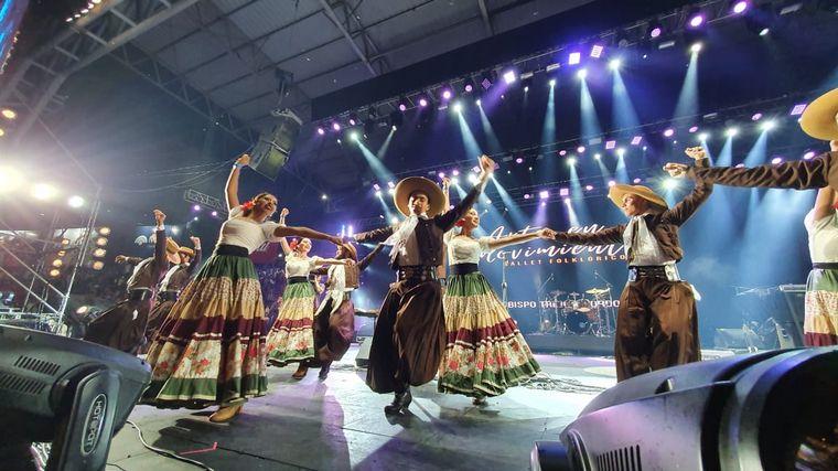 FOTO: El Ballet Arte en Movimiento y su despliegue en el escenario Martín Fierro.
