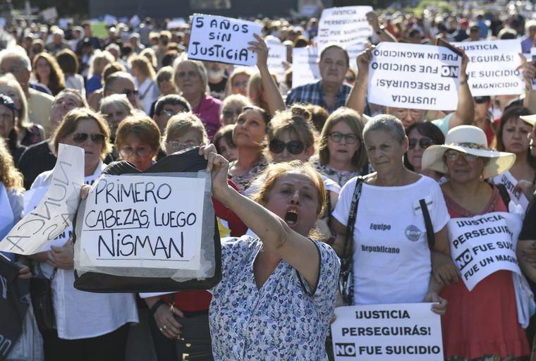 FOTO: Elisa Carrió y otros dirigentes opositores en el acto por Nisman.